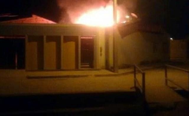 JEREMOABO-BA: CASA DE CIGANO ENVOLVIDO NA MORTE DE POLICIAL É INCENDIADA
