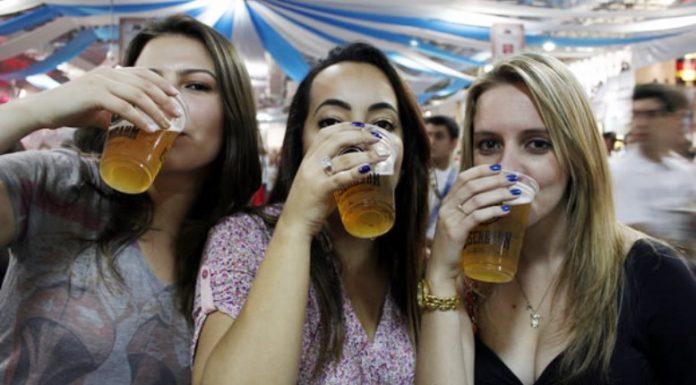 Mulher que bebe cerveja é mais feliz e tem menos chances de infartar, revela estudo