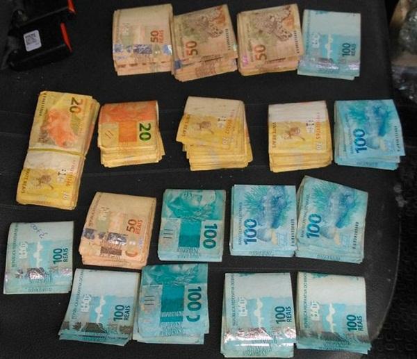 Polícia apreende jovem de 17 anos com arma e quase R$ 20 mil roubados de banco em Abaré- BA